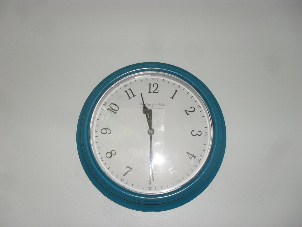 spray paint a clock craft