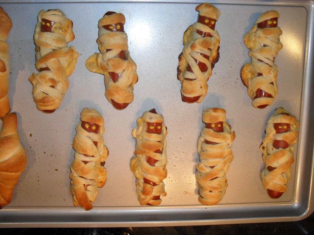 easy halloween mummy hot dogs