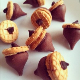 How fun are these Acorn treats to let the kids make for this Thanksgiving
