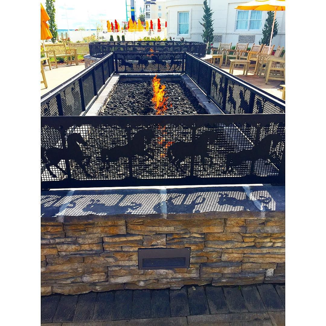 The fire pit at #hotelbreakers is so cozy and inviting!🔥🐎