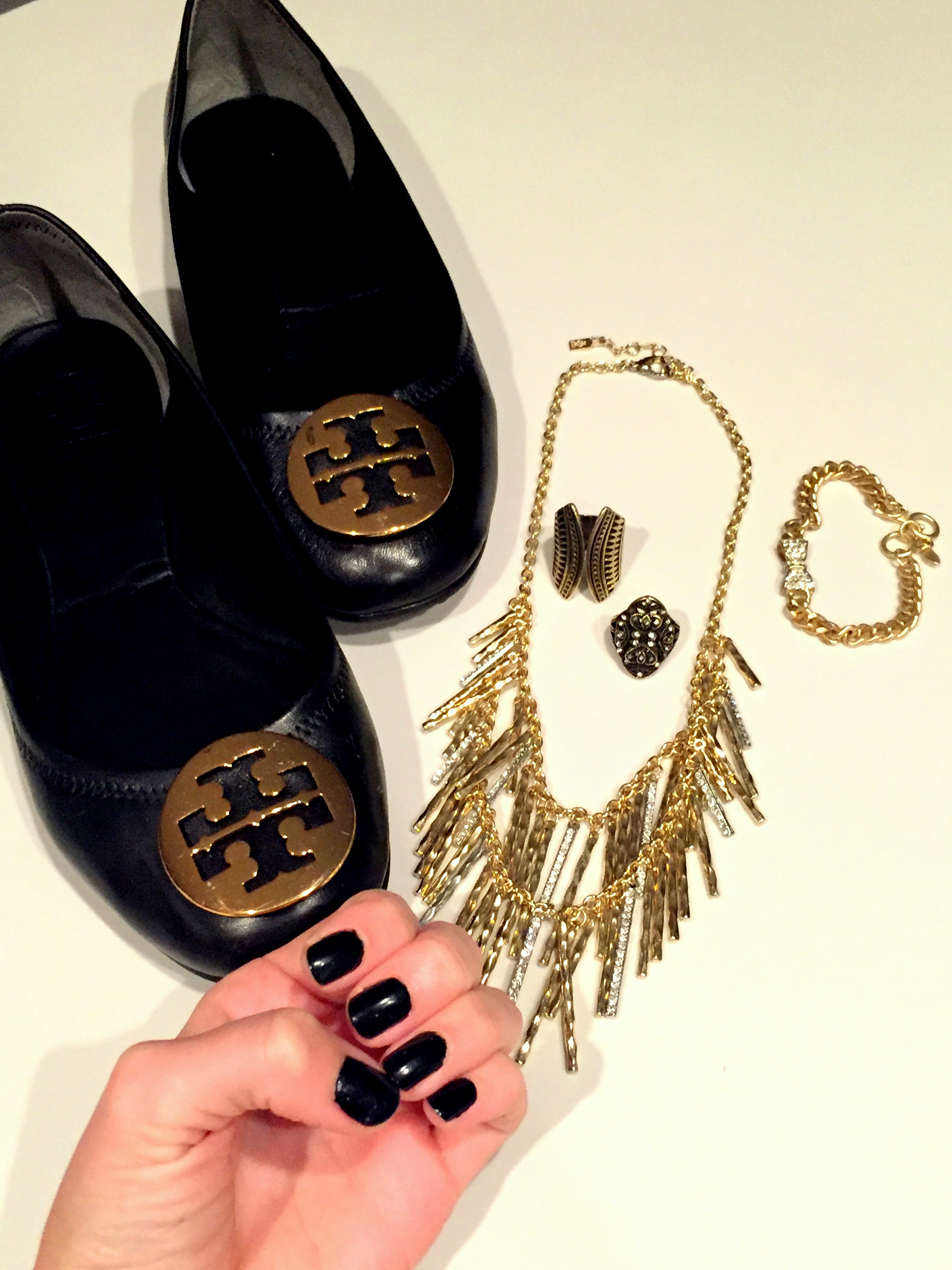 My @toryburch flats and gold jewelry pair for the perfect way to accessorize 💅🏼