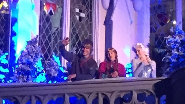Kristoff, Anna, and Elsa greeting runners on the Castle balcony 🏰