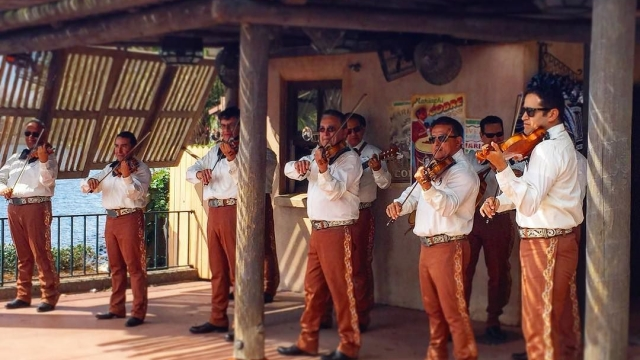 Enjoying the mariachi band at Mexico in World Showcase 🎻🎺