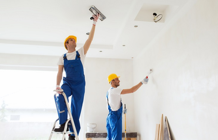 Install a Cornice men plastering ceiling