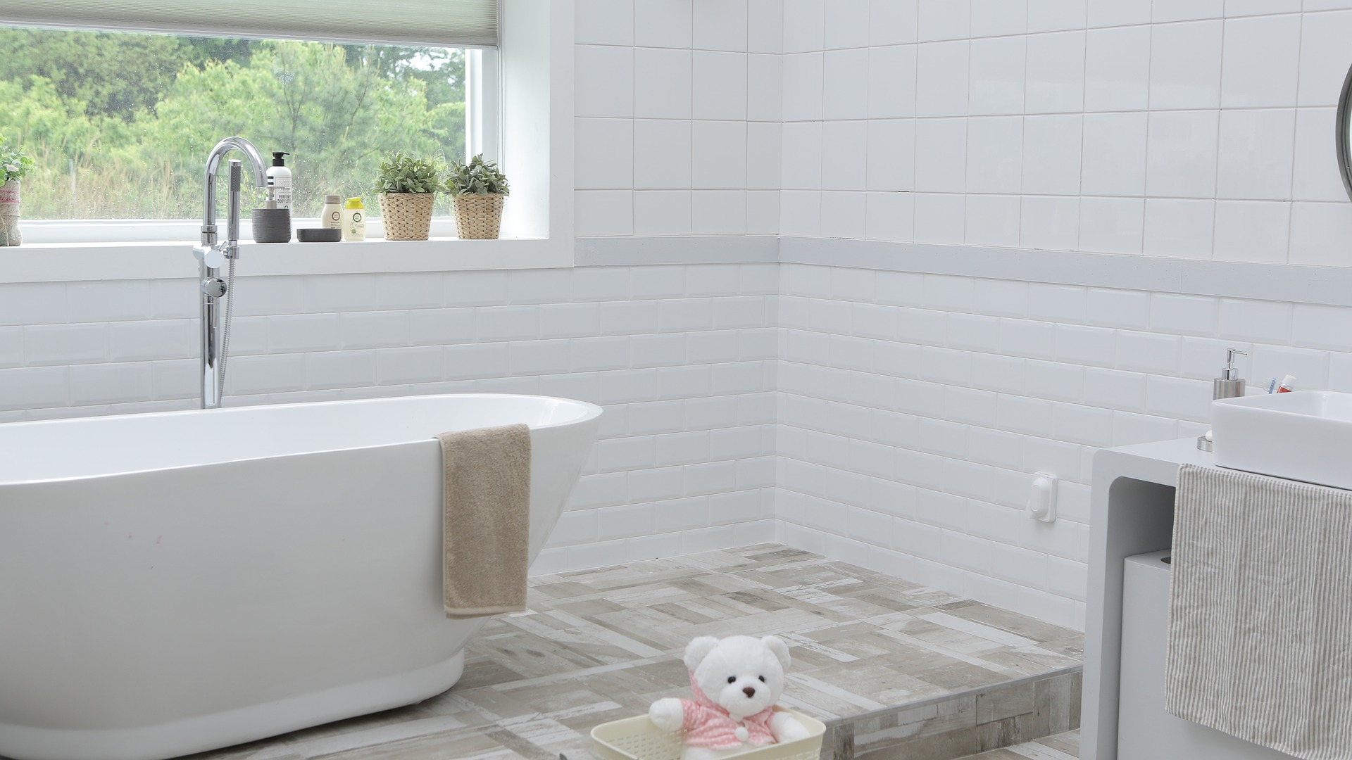 design bathroom white tub and bright