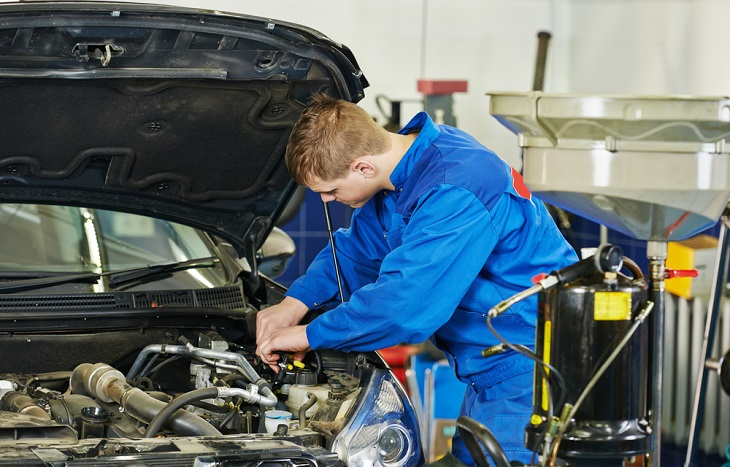 Tips One Can Follow for Finding the Best Audi Service Station mechanic working on car