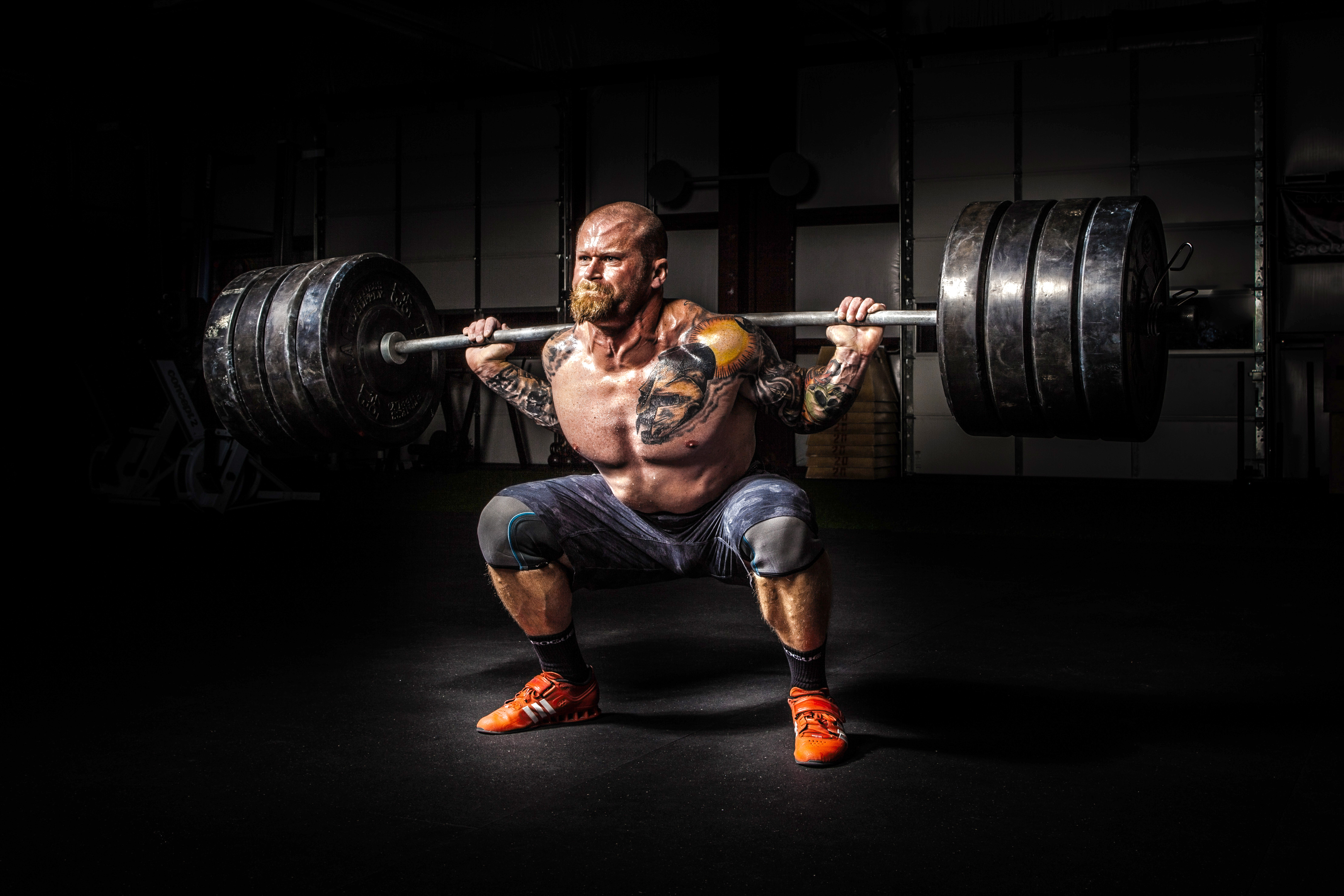 How to build muscles man squatting