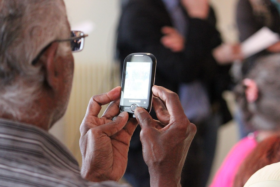 3 Reasons To Buy Senior Relatives A Cell Phone