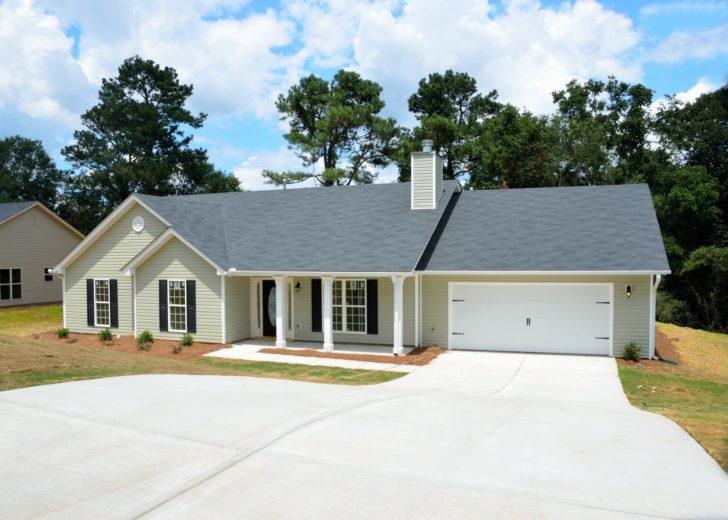 Pros and Cons: Asphalt vs. Concrete Driveway
