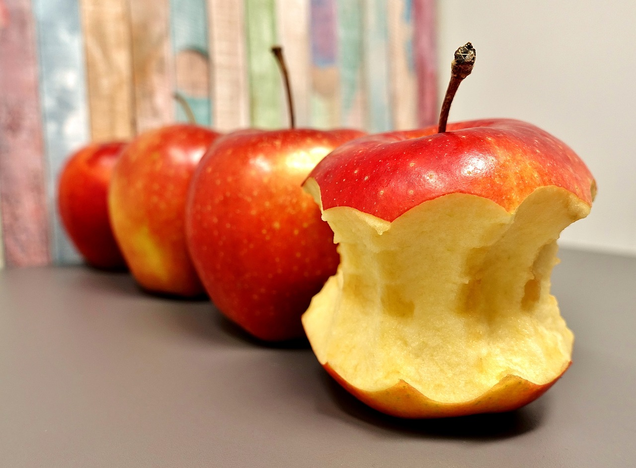 Make These 10 Small Changes to Improve Your Health! apple