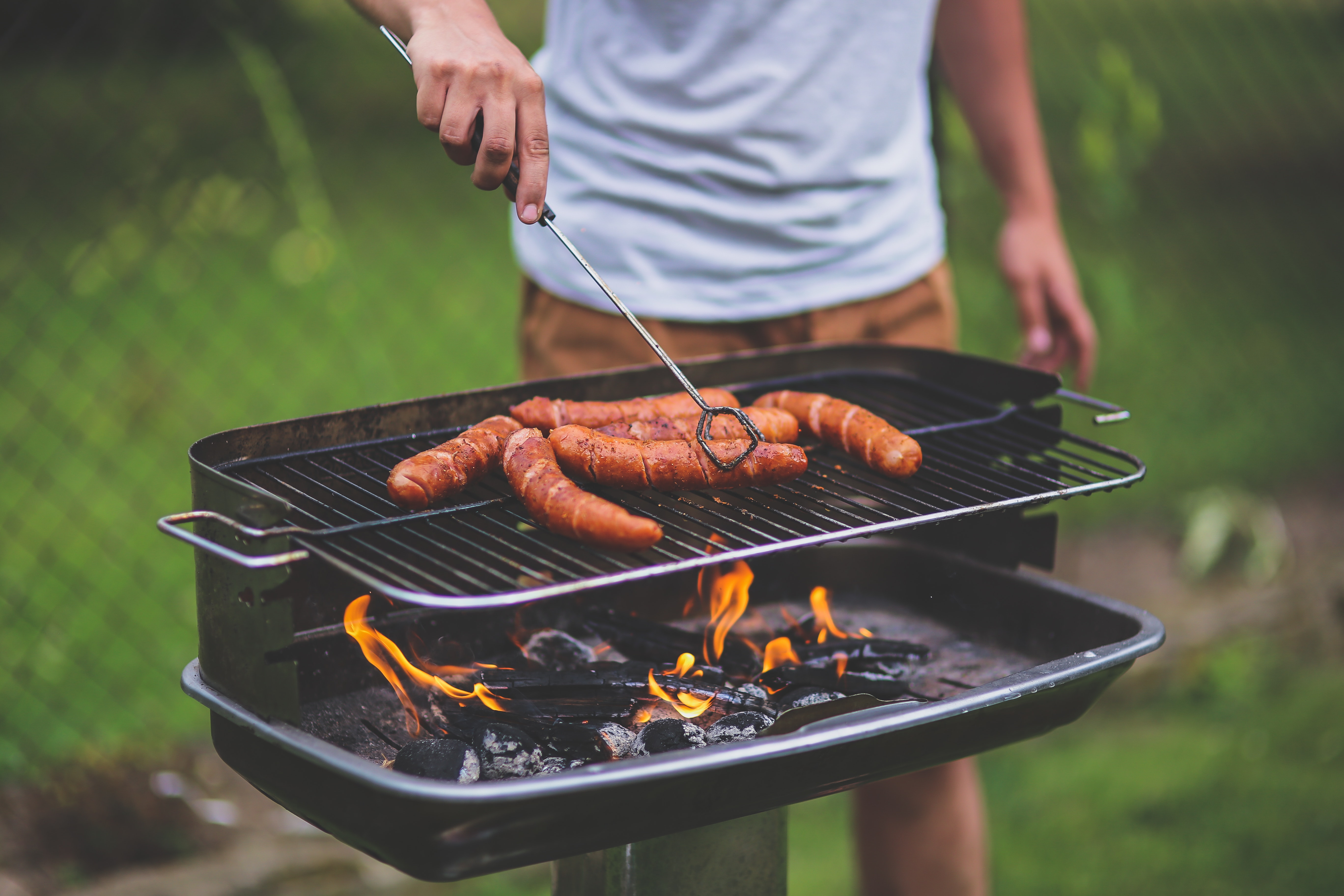TOP 5 Barbecue Grills for A Tasty Summer cooking brats