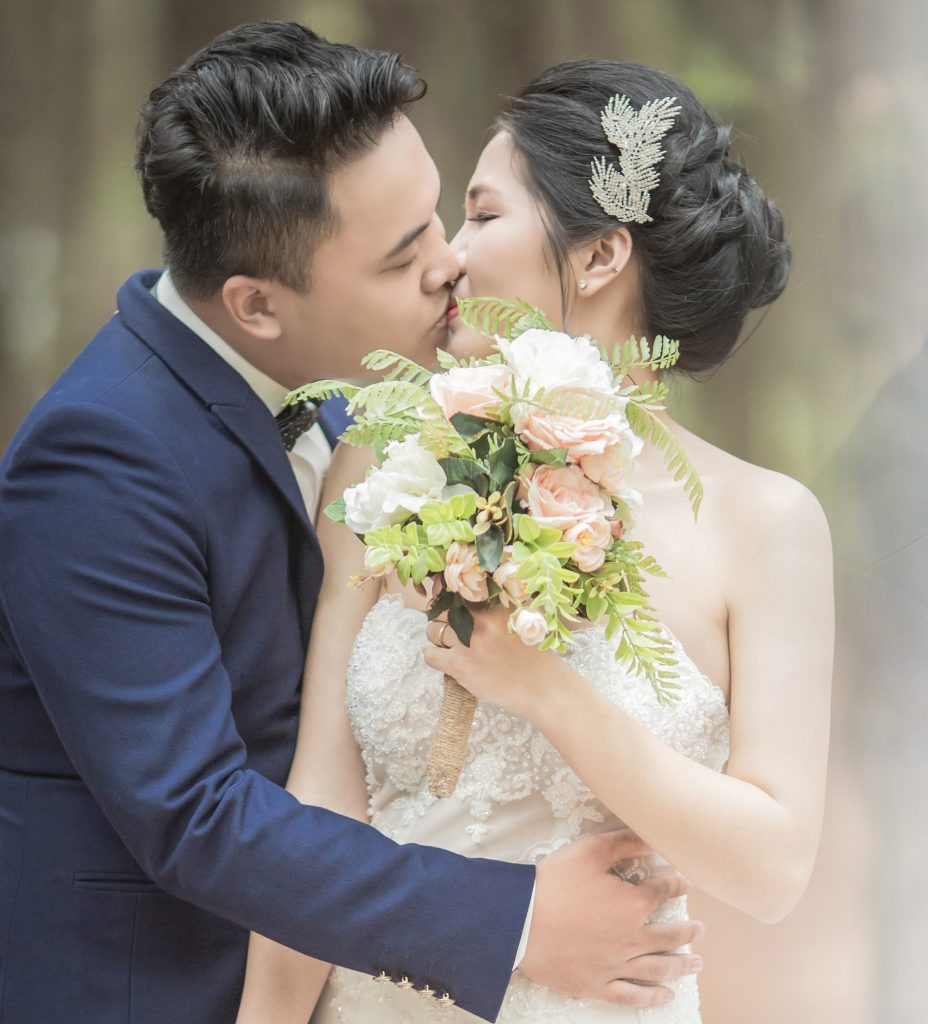 How to Make Sure Your Wedding Morning is Calm & Relaxed couples
