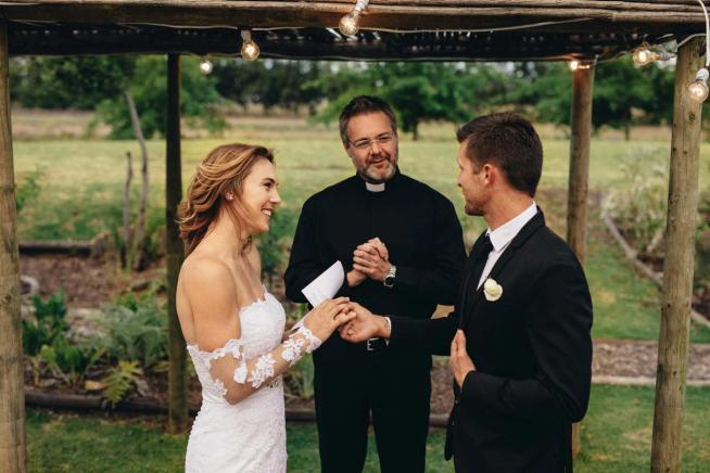 wedding-vows-examples-wedding-ceremony-newlyweds-exchanging-vows