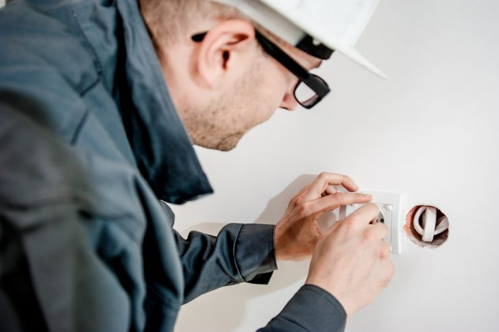 10 Signs That You Need An Electrician (Fast!)