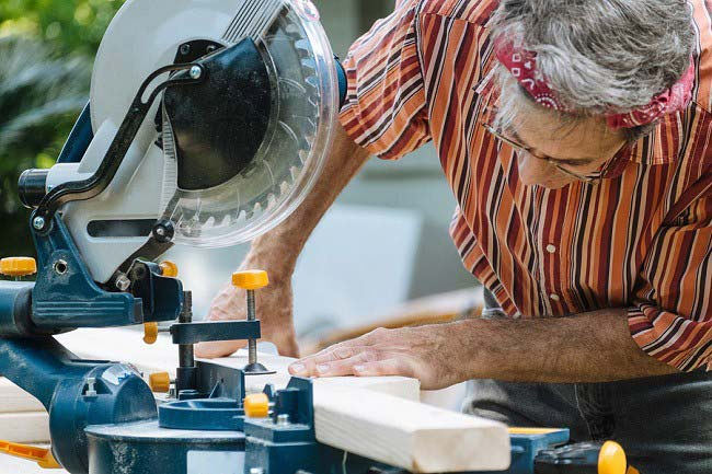 Woodworking projects and sliding compound miter saw – The types of projects and crucial factors to keep in mind
